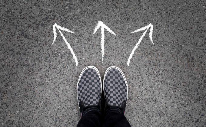Drei Karrierewege mit Pfeilen